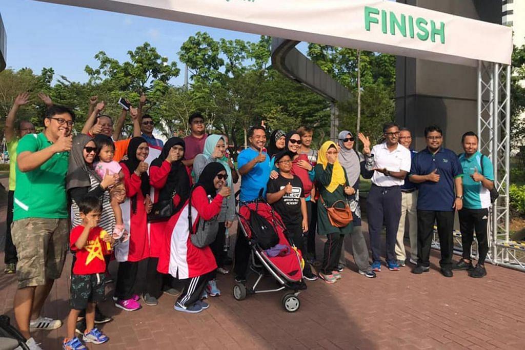 SEMANGAT HINGGA TAMAT: Peserta acara berjalan kaki riang dan puas dapat menamatkan sesi. Turut bersama mereka ialah Encik Murali (empat dari kanan).  - Foto FACEBOOK MURALI PILLAI