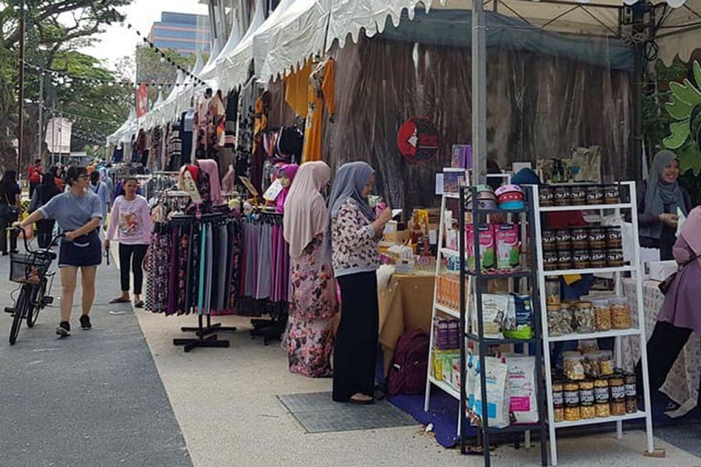 PELBAGAI TARIKAN: Selain sajian makanan, terdapat juga pelbagai produk dan barangan lain yang dijual di Bazar Lambak di WGS.  - Foto FACEBOOK WISMA GEYLANG SERAI