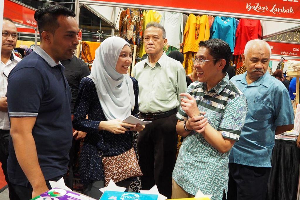BERI SOKONGAN: Dr Maliki (dua dari kanan) sempat memberikan sokongannya kepada para pengunjung dan peniaga yang membuka gerai di WGS sempena Bazar Lambak.  - Foto FACEBOOK WISMA GEYLANG SERAI