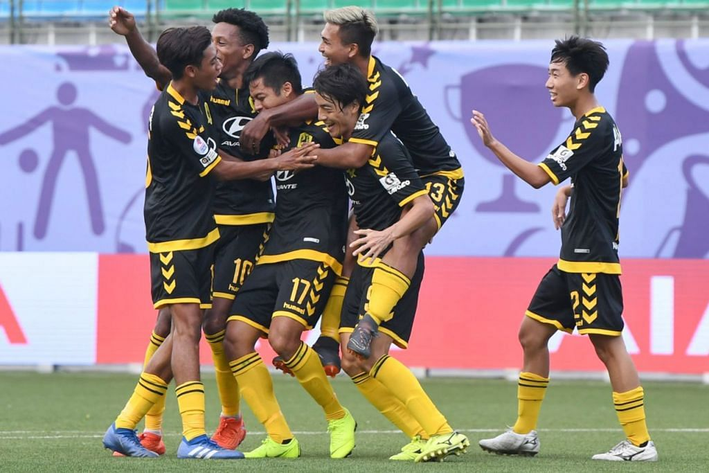 RAI JARINGAN: Pemain Tampines Rovers meraikan jaringan sulung pasukan mereka oleh Irwan Shah (jersi 17) semasa menentang Hougang United di Stadium Jalan Besar kelmarin. - Foto BH oleh KHALID BABA
