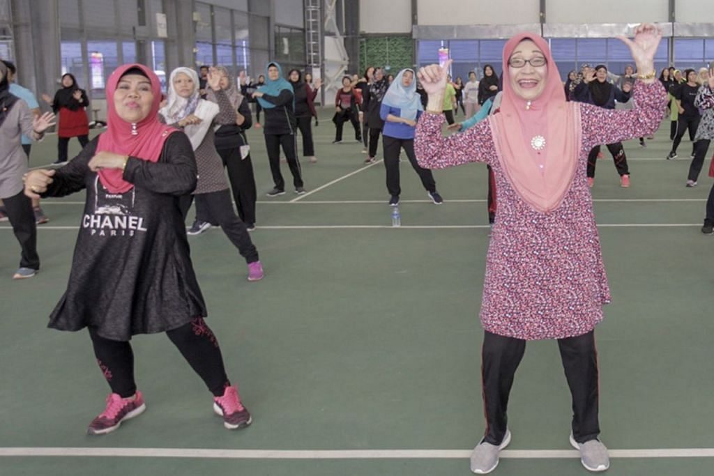 KEKAL GAYA HIDUP SIHAT: Usia tidak menjadi halangan bagi Cik Hanifah (kiri) dan rakannya Cik Rohaiya Mohd Salleh, 67 tahun, yang giat mengikuti pergerakan ketika acara zumba beramai-ramai Sabtu lalu. - Foto BH oleh IQBAL FAIZAL