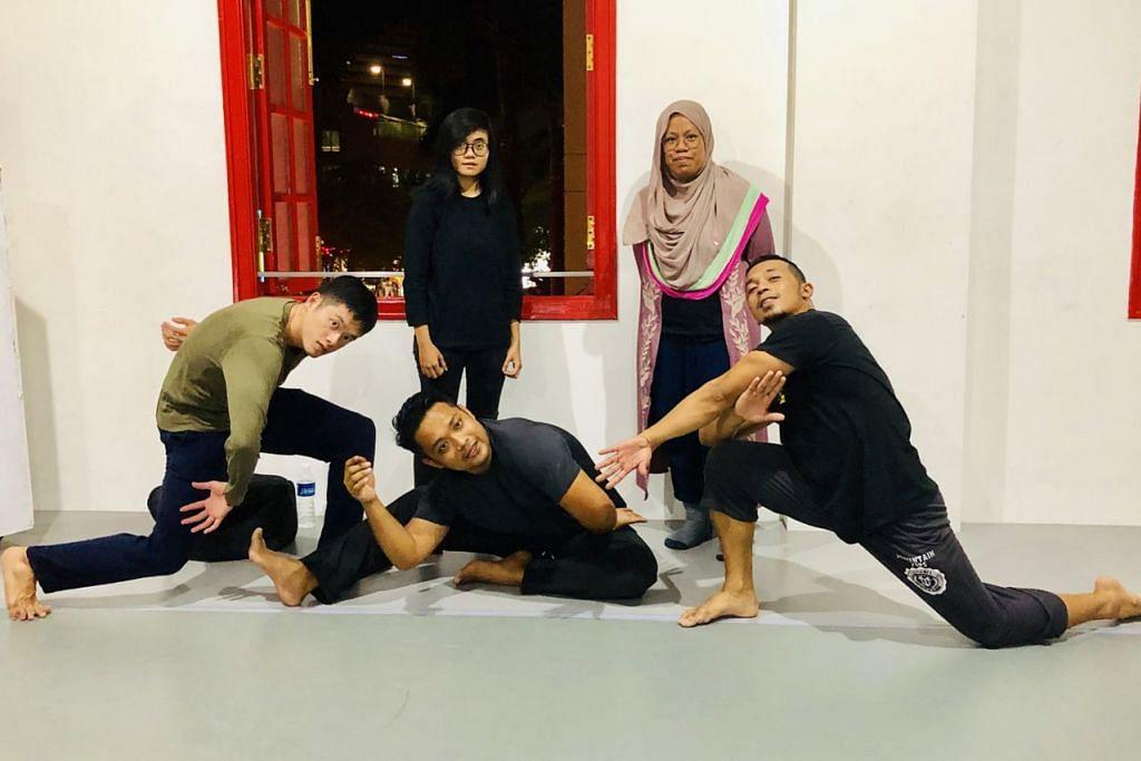 MASALAH HAWA DIKUPAS ADAM: Sempena Hari Wanita Antarabangsa pada Jumaat ini, seniman muda (barisan depan, dari kiri) Encik Shaun Lim, Encik Ismail Jemaah dan Encik Sufri Juwahir, ingin mengupas isu wanita seperti penderaan seksual dan fizikal dari sudut pandangan penari lelaki. Bersama mereka adalah (barisan belakang, dari kiri) pereka bunyi, Cik Aqilah Misuary dan penerbit kreatif Cik Farhanah Diyanah Moid. Seorang lagi penggiat seni, Encik Kaykay Nizam tiada dalam foto. - Foto BH oleh HARYANI ISMAIL
