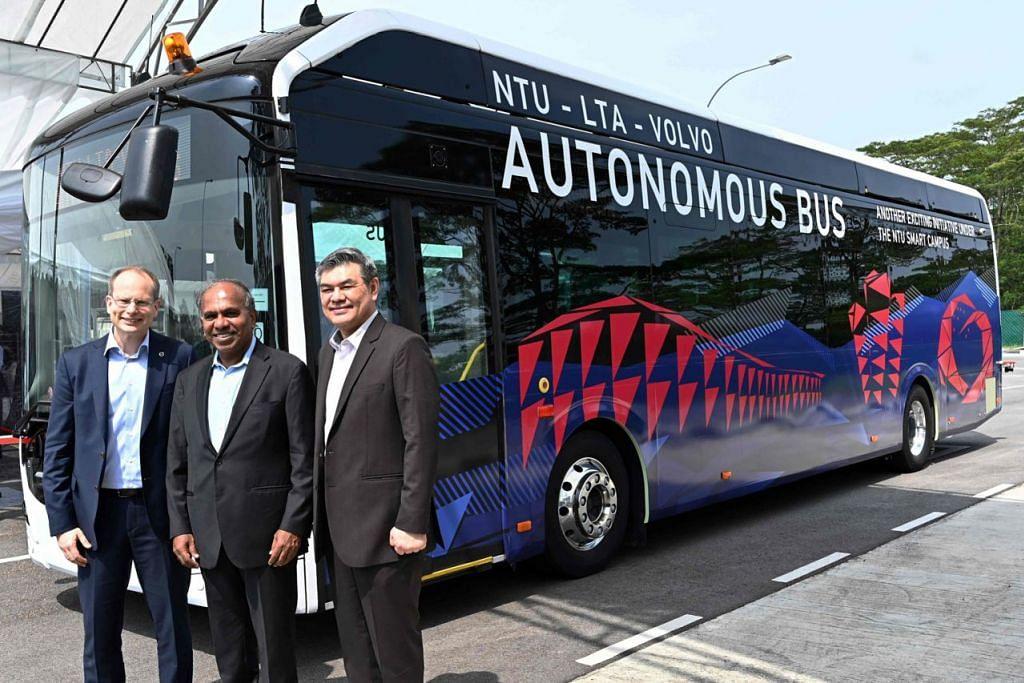 BAS AUTONOMI: (Dari kiri) Presiden Volvo Buses, Encik Hakan Agnevall, Presiden NTU, Encik Subra Suresh dan pegawai kanan LTA, Encik Lam Wee Shann, semasa pelancaran menguji bas tanpa pemandu semalam. - Foto AFP