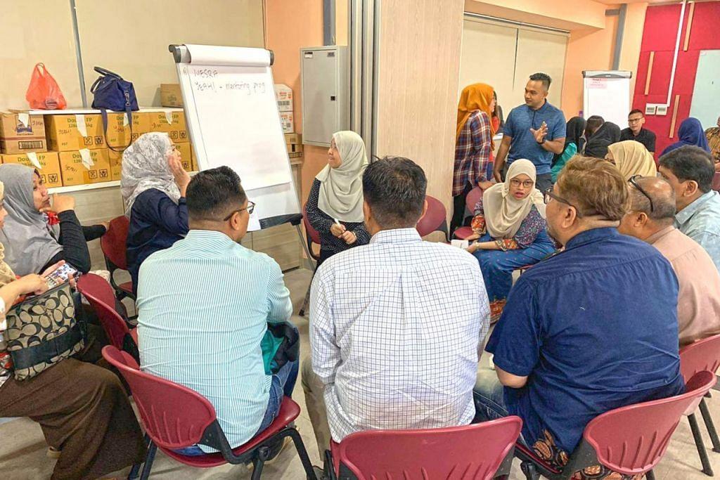 GABUNG MINDA: Mereka yang hadir berkumpul di Kelab Masyarakat Tampines West untuk berbincang tentang program yang akan ditawarkan M³@Tampines. - Foto M³@TAMPINES