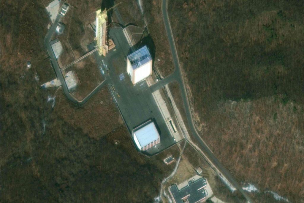 KERJA PEMULIHAN: Gambar satelit menunjukkan Stesen Pelancaran Satelit Sohae Korea Utara yang dilaporkan sedang dilakukan kerja-kerja pemulihan di tapak pelancaran roket itu. - Foto AFP