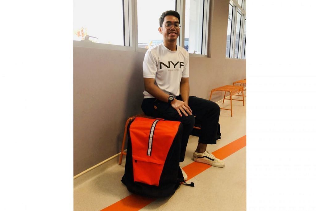 CIPTA BEG MUAT SEMUA: Encik Muhammad Nur Aliff Tiruan menghasilkan beg galas yang boleh dilekapkan dengan beg lebih kecil bagi memudahkan mereka yang mengembara atas urusan niaga mengurangkan jumlah bagasi yang dibawa. – Foto-foto BH oleh HARYANI ISMAIL