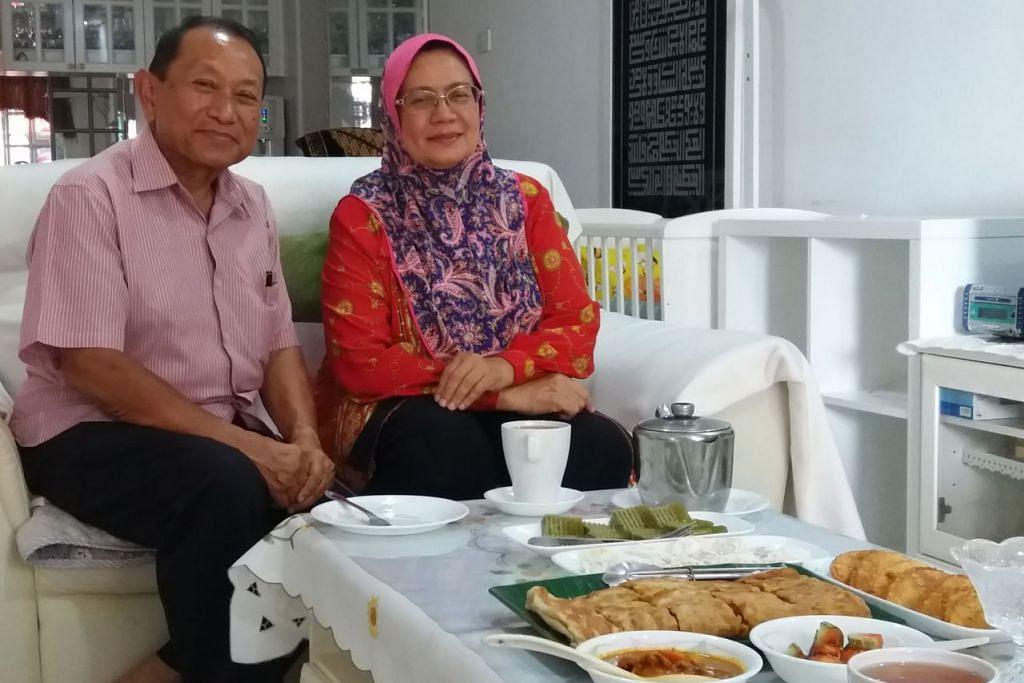 ORANG SEMBAWANG: Encik Abdolah bersama isterinya, Cik Siti Delima Abdul Jamil, kini masih tinggal di kawasan utara Singapura, di Jalan Mata Ayer, selepas membesar di Kampung Wak Hassan. - Foto BH oleh ISMAIL ALI