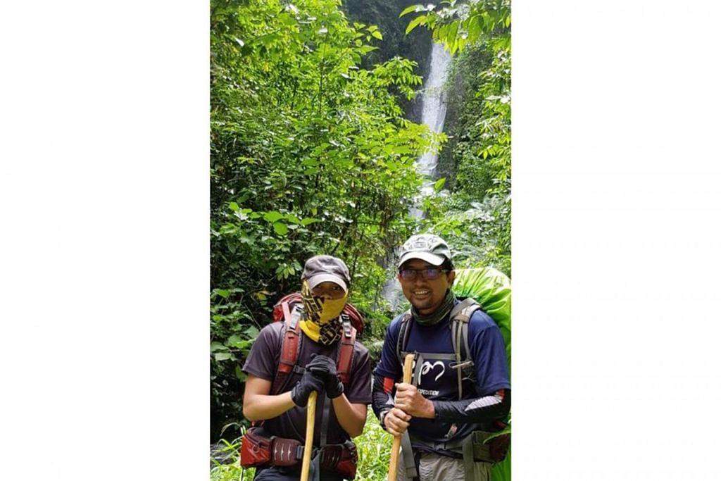 TEROKA BERSAMA: Penulis (kanan) bersama anaknya Jasa Wira merakam gambar kenangan bersama dalam hutan selama sembilan hari. - Foto ihsan ZAIDI YACOB