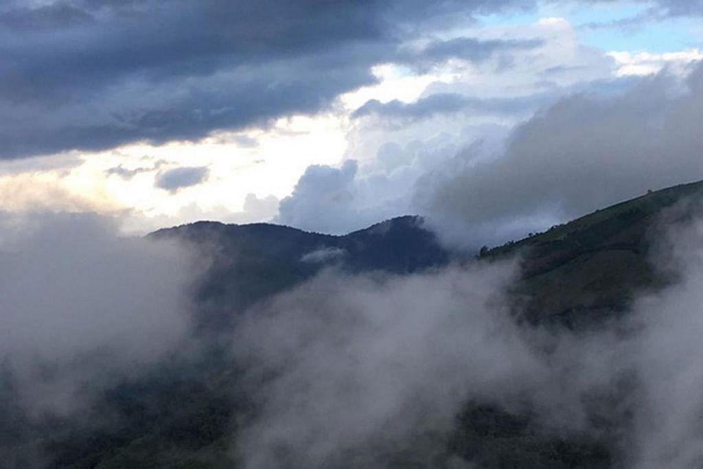 PEMANDANGAN DI PUNCAK: Beginilah suasana puncak salah satu gunung yang berjaya didaki di sebalik awan senja.  - Foto ihsan ZAIDI YACOB