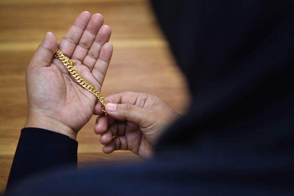 KERANA EMAS: Cik Aishah merupakan antara mangsa skim 'senoman emas' yang akhirnya merugikan dirinya sendiri. - Foto BH oleh JASMINE CHOONG