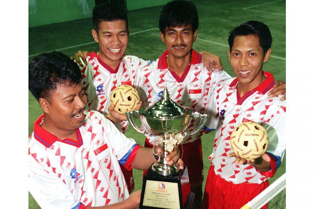 KEBANGGAAN NEGARA: Nur Hisham (dua dari kiri) bersama rakan-rakannya lain, Shamon Sabtu dan Eddie Abdul Kadir (kanan) meraikan kejayaan di Piala Raja-Raja Thai. Bersama dalam gambar ialah penolong jurulatih, Ramli Hamid (kiri). - Foto fail
