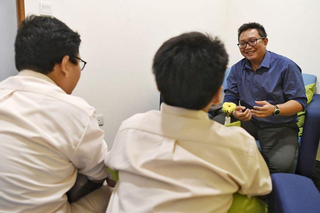 USAHA KERJASAMA: Encik Muhammad Alamin Abdul Majid (berbaju biru) berpendapat usaha kerjasama semua pihak akan dapat membantu keluarga kurang berkemampuan dengan lebih baik lagi. - Foto BH oleh KHALID BABA