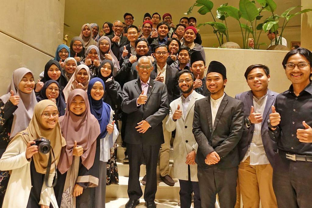 BINCANG MASA DEPAN: Encik Masagos (tengah) bergambar dengan kumpulan pelajar Singapura di Universiti Al-Azhar. Antara lain mereka berbincang mengenai jenis kemahiran dan kecekapan yang diperlukan untuk berfungsi sebagai asatizah dengan berkesan pada masa depan. - Foto FACEBOOK MASAGOS ZULKIFLI