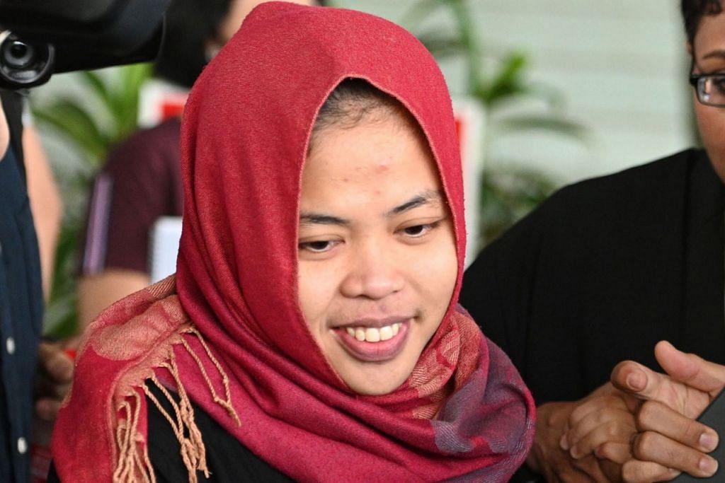 NAFI BUNUH: Warga Indonesia Siti Aisyah tersenyum ketika meninggalkan mahkamah selepas Mahkamah Tinggi melepaskan tanpa membebaskannya daripada pertuduhan membunuh abang tiri kepada pemimpin Korea Utara, Kim Jong Nam, di Mahkamah Tinggi Shah Alam, Kuala Lumpur. - Foto AFP