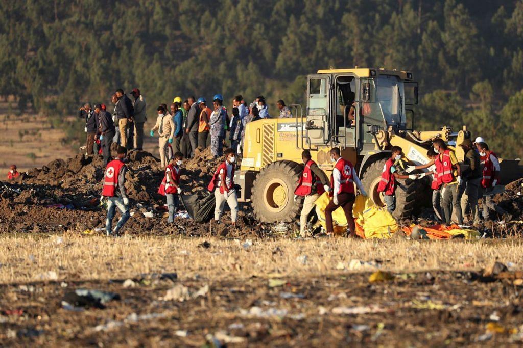 SEMUA PENUMPANG TERKORBAN: Pegawai mencari dan menyelamat mengangkat mayat penumpang di tapak nahas Ethiopian Airlines, berdekatan bandar Bishoftu yang terletak ke tenggara ibu kota Habsyah, Addis Ababa. - Foto REUTERS