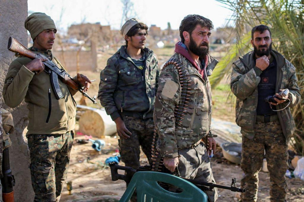 SIAP TEMPUR: Anggota Angkatan Demokrat Syria (SDF) sedang bersiap untuk lancar serangan di bandar Baghouz, Deir Ezzor, timur Syria. - Foto AFP.