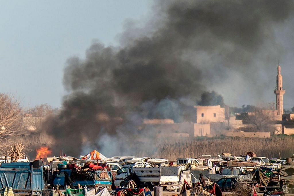 LANCAR SERANGAN: Kepulan asap dilihat naik daripada khemah sementara ISIS di bandar Baghouz, Deir Ezzor, timur Syria. Lebih 7,000 penduduk, kebanyakannya wanita dan kanak-kanak, telah melarikan diri dari wilayah itu sejak beberapa hari lalu. - Foto AFP.