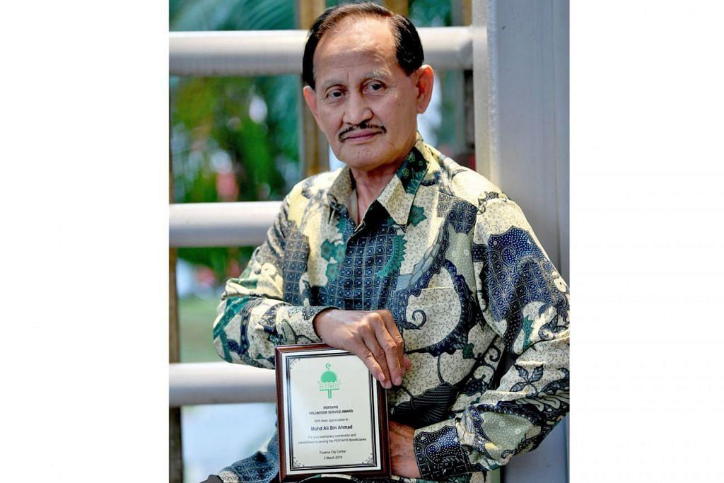 INGIN LIHAT MELAYU BERJAYA: Encik Mohd Ali Ahmad terus menjadi sukarelawan kerana mahu melihat anak-anak Melayu terus berjaya. - Foto BH oleh KHALID BABA