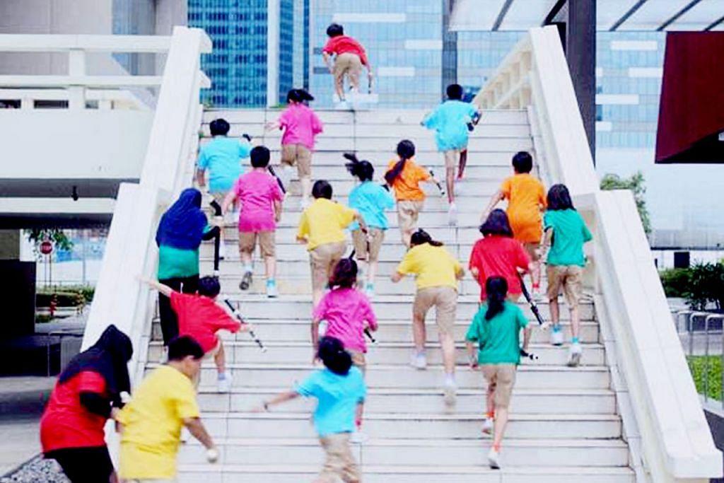 RAIKAN SENI: Antara rakaman penggambaran filem 'Recorder Rewrite' di Dewan Persidangan Singapura menggambarkan sejarah bagaimana sekolah-sekolah Singapura menggunakan rekorder, alat muzik tiupan untuk mendidik pelajar menghargai seni. - Foto SONG-MING ANG.