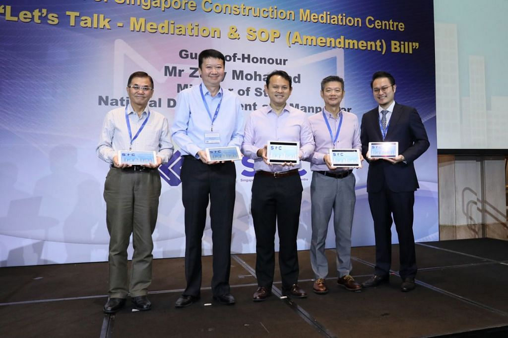 PROSES PENGANTARAAN LEBIH BAIK: Encik Zaqy Mohammad (tengah) bersama (dari kiri), Pengerusi Kumpulan Kerja Pusat Pengantaraan Binaan Singapura (SCMC), Encik Jason Tay; Presiden Persatuan Kontraktor Singapura (SCAL), Encik Kenneth Loo; Naib Presiden dua SCAL dan Pengerusi Lembaga SCMC, Encik Wilson Wong, dan Pengarah Eksekutif Institut Pengantaraan Antarabangsa Singapura (SIMI), Encik Mr Marcus Lim. - Foto SINGAPORE CONTRACTORS ASSOCIATION LTD (SCAL)