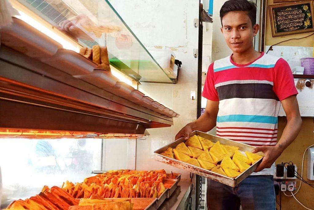 KEDAI KARIPAP 'BAI' JUGA ADA DI ESTET-ESTET HDB: Pekerja D'Snack Corner, Encik Shamir Mohamed, menyusun karipap dikedai milik Encik Yusof Ani Mustafa di Tampines. – Foto BM oleh SAINI SALLEH.
