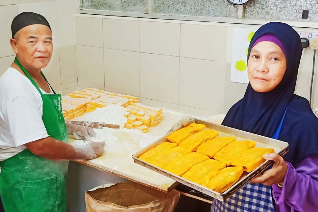 KARIPAP 'BAI' RESIPI ASLI: Encik Ismail dibantu isterinya, Cik Hamidah, di gerai yang menjual khusus karipap 'bai' di Pusat Penjaja Circuit Road. – Foto BM oleh SAINI SALLEH.