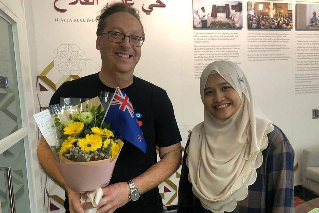 TURUT SIMPATI: Lelaki warga New Zealand ini, Encik Graeme Merrall, mengunjungi Masjid Al-Falah kelmarin bagi menyampaikan ucapan takziah dan sokongannya kepada umat Islam menyusuli serangan kejam di Christchurch. Bersamanya ialah Ketua Khidmat Korporat Masjid Al-Falah, Cik Noor Khairiyah Abdul Rahman. - Foto FACEBOOK MASJID AL-FALAH