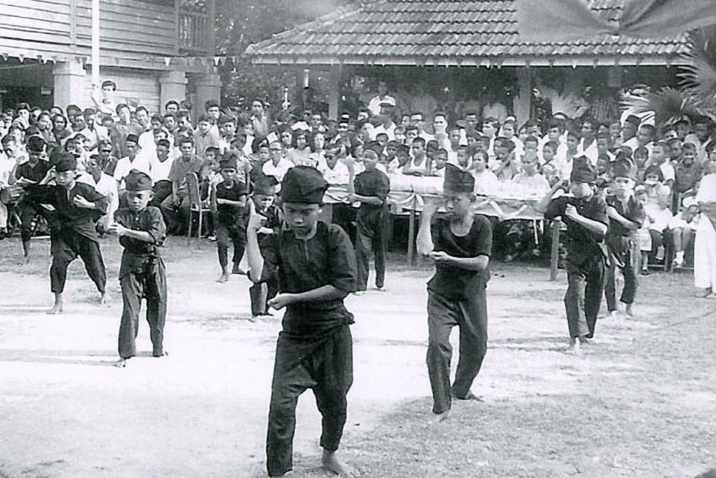 KENANGAN DI SEKOLAH LAMA: Pelajar Sekolah Melayu Padang Terbakar bersilat di depan sekolah mereka. Gambar diambil pada 1963. - Foto HAFIZA TALIB
