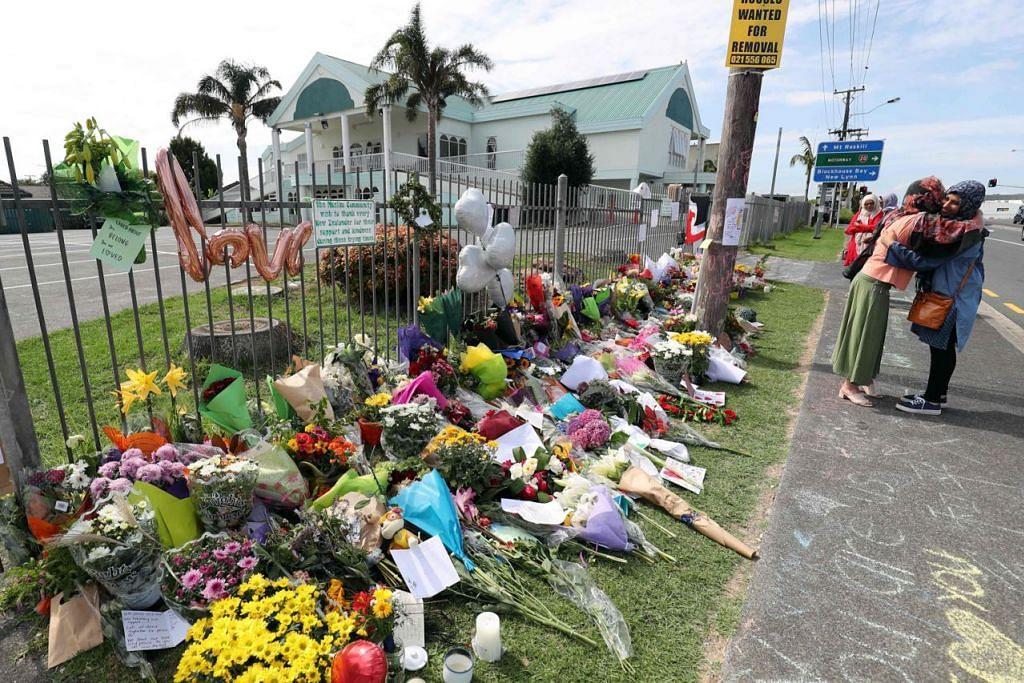 BERI PENGHORMATAN: Para penduduk memberi penghormatan dengan meletakkan jambangan bunga dekat Masjid Umar. Masjid Umar antara masjid terbesar di New Zealand. - Foto AFP