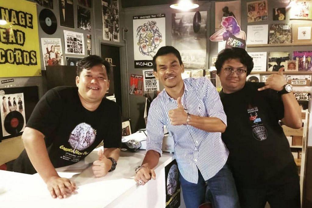 GAMIT KEDATANGAN ARTIS: Encik Radzi Jasni, atau lebih mesra dikenali sebagai Encik Aji (kiri), bersama artis Malaysia, Lan Pet Pet (tengah), dengan seorang pelanggan lain di kedainya, Tennage Head Records, di Subang Jaya, Selangor, Malaysia. - Foto ihsan RADZI JASNI