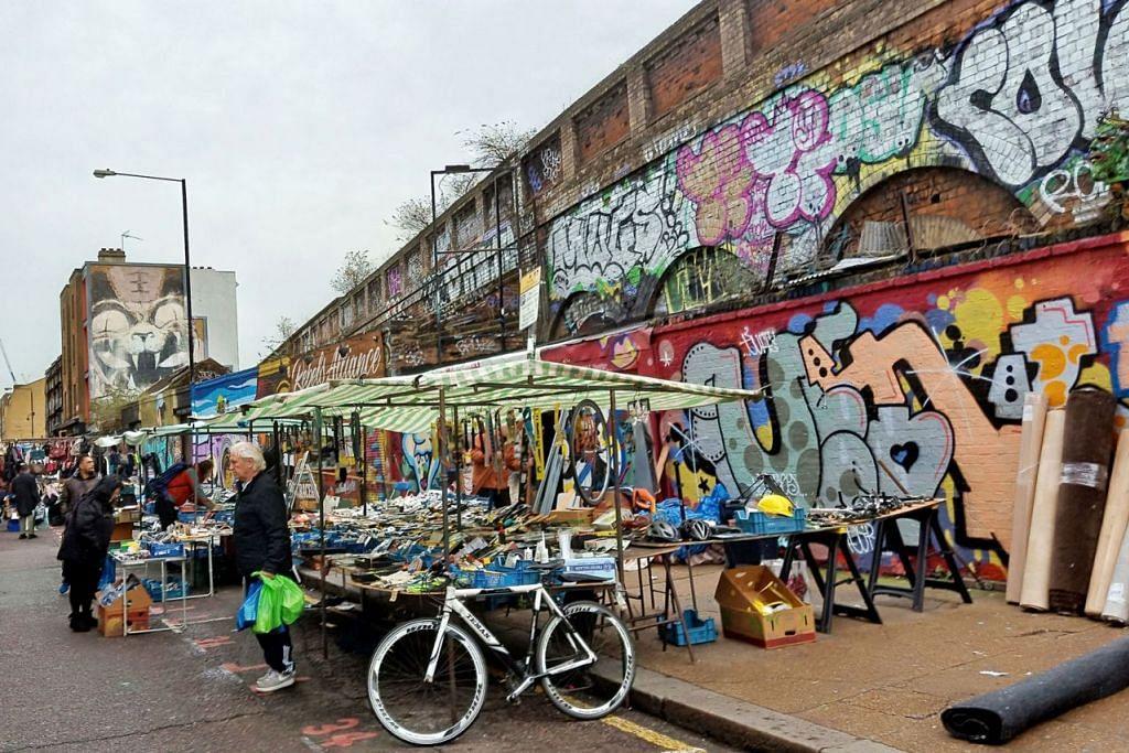 PELUKIS TIDAK DIUNDANG: Tembok-tembok bangunan di sekitar Petticoat Lane dipenuhi grafiti sehingga menyakitkan mata memandang. - Foto BH oleh SAINI SALLEH