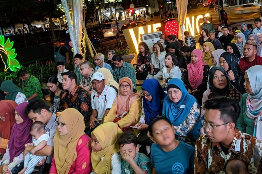 PESTA BUKU DAPAT SAMBUTAN: Dr Maliki meninjau pelbagai buku Melayu dan dwibahasa karya penulis tempatan dalam Pesta Buku Melayu Singapura 2019. Para hadirin (gambar atas) juga diperkenalkan dengan pelbagai buku Melayu. - Foto WGS.