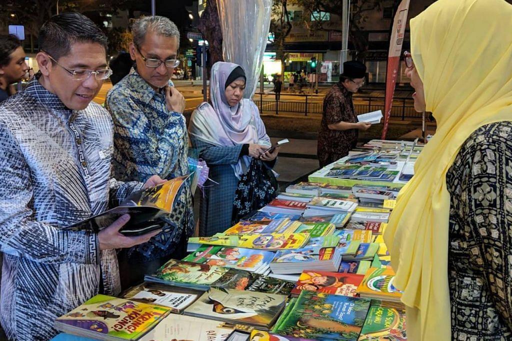 PESTA BUKU DAPAT SAMBUTAN: Dr Maliki (di kiri dalam gambar atas) meninjau pelbagai buku Melayu dan dwibahasa karya penulis tempatan dalam Pesta Buku Melayu Singapura 2019. Para hadirin juga diperkenalkan dengan pelbagai buku Melayu. - Foto WGS.