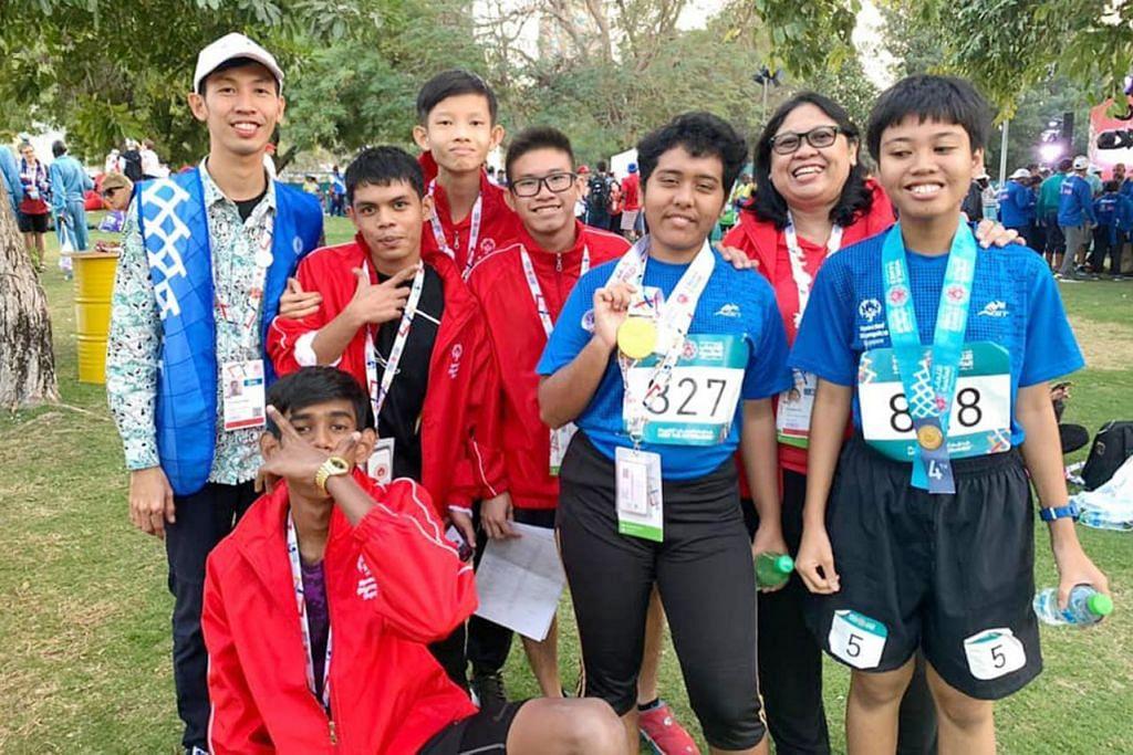 JAYA RANGKUL PINGAT EMAS: Nurshalini Sahnef (tiga dari kanan) yang berjaya memenangi pingat emas dalam acara lari pecut 200 meter di Sukan Olimpik Khas Musim Panas Sedunia yang sedang berlangsung di Abu Dhabi kini, bersama sebahagian kontinjen Team Singapore. - Foto OLIMPIK KHAS SINGAPURA