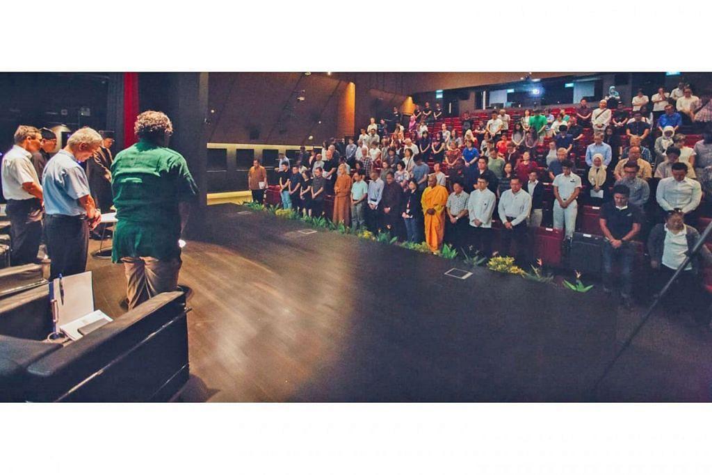 BERSATU PADU: Peserta dan ahli panel dialog Foundation of Faiths bertafakur selama seminit bagi memperingati mangsa serangan pengganas di Christchurch. - Foto WISE SG