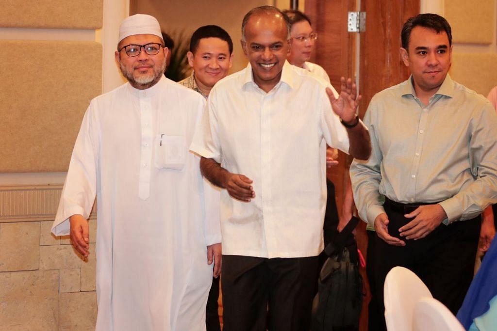 RAHAT RRG: (Dari kiri) Pengerusi RRG, Ustaz Mohd Hasbi; Setiausaha Parlimen Kanan (Ehwal Dalam Negeri) Amrin Amin, Encik K. Shanmugam, dan Naib Pengerusi RRG, Ustaz Dr Mohamed Ali, di Rahat RRG ke-15 di Shangri-La Rasa Sentosa Resort and Spa semalam. - Foto BH oleh KELVIN CHNG