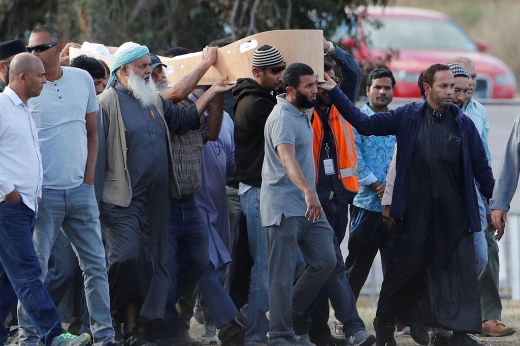 SELEPAS ENAM HARI: Pasangan pelarian Syria, Allahyarham Khalid Mustafa dan anak remajanya, Allahyarham Hamza, yang merupakan mangsa serangan masjid di Christchurch disemadikan semalam berhampiran Masjid Linwood. - Foto REUTERS