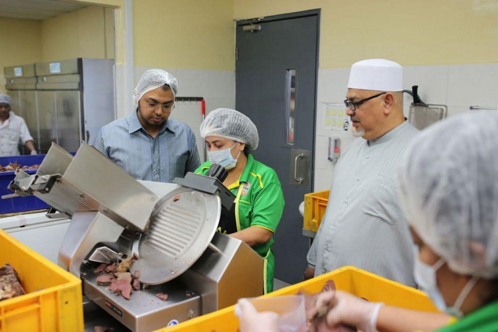 MAHU TERUS BERKEMBANG: Pembelian dapur pusat membantu pemilik bersama Pondok Abang, Encik Mohd Hasan (kiri), dan bapanya, Encik Abdul Rahman (kanan), mengembangkan perniagaan syarikat itu. - Foto fail