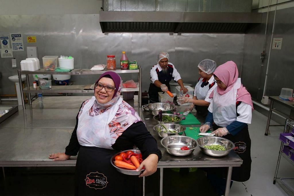 PELABURAN BESAR NAMUN MUDAHKAN NIAGA: Cik Juniliza (kiri) tidak lagi bergegas memasak dari satu  majlis perkahwinan ke majlis lain sejak mempunyai dapur pusat. - Foto BH oleh KEVIN LIM