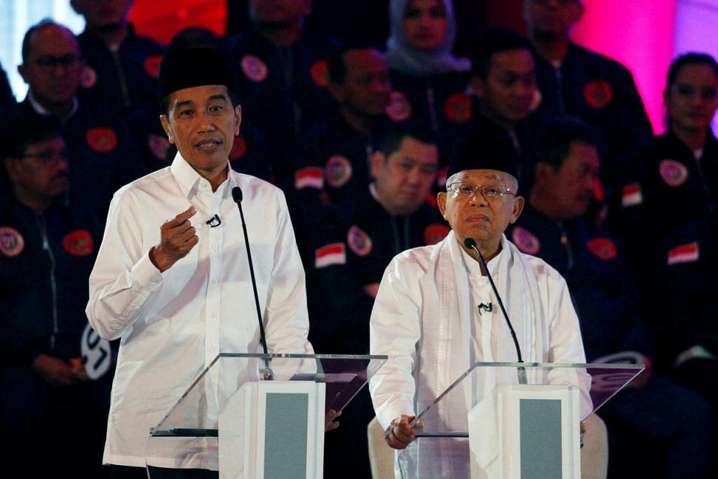MENDAHULUI LAWAN: Pada mulanya, ramai yang terkejut apabila Presiden Joko Widodo (atau Jokowi) (kiri) menamakan Ma'ruf Amin (kanan) sebagai wakilnya. Namun, faktor agama menjadi pertimbangan atas kesedaran pengundi di Indonesia lebih konservatif berbanding dahulu. Mentelah, Ma'ruf boleh menyangkal pelbagai tuduhan daripada lawannya yang berbentuk Islamik. - Foto REUTERS