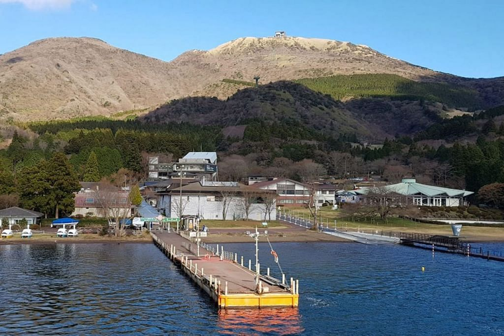 CUKUP TENANG: Kawasan Tasik Ashi merupakan sebuah kawasan indah di Hakone, wilayah Kanagawa di Pulau Honshu. Tasik ini amat popular kerana ia menyediakan banyak kemudahan untuk pelancong termasuk beberapa bot pesiaran dan feri untuk merentasi tasik dan menikmati pemandangan indah di sana. - Foto ihsan MUSTAFFA YAAKUB.