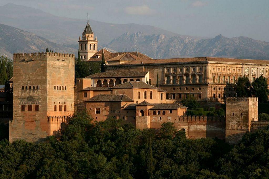 ANTARA TARIKAN: Bangunan lama di Granada adalah antara tarikan pelancong ke Sepanyol.- Foto PEJABAT PELANCONGAN SEPANYOL