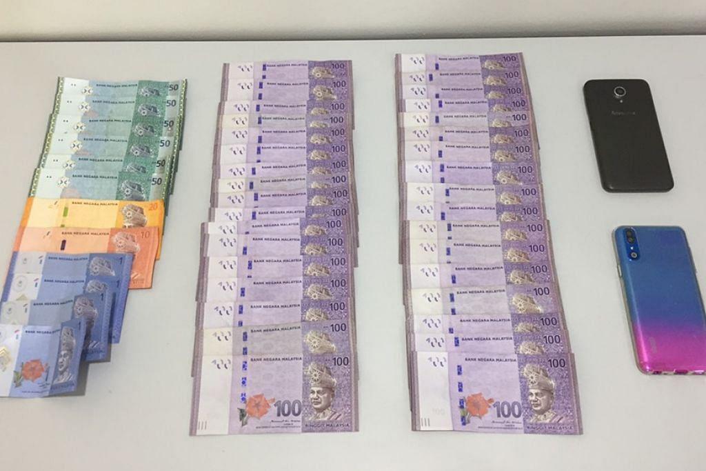 Wang tunai RM3,734, sekitar $1,200 dan dua telefon bimbit dirampas oleh pegawai PCG daripada keedua warga asing.