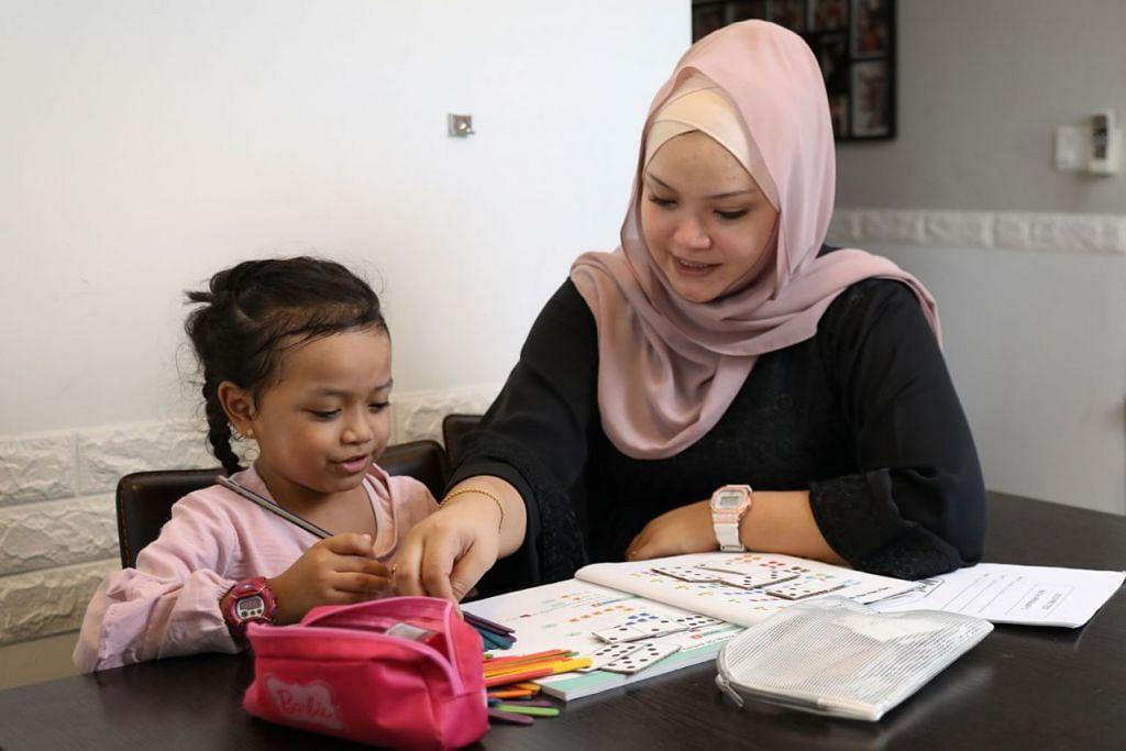 BELAJAR BERSAMA: Cik Nur Khairunnisa menggunakan pendekatan berbeza semasa mengulangkaji mata pelajaran Matematik bersama anaknya Raysha Erryna di rumah. Kededua mereka mengikuti KelasMatematika@CC di bawah Mendaki - Foto BH oleh ONG WEE JIN