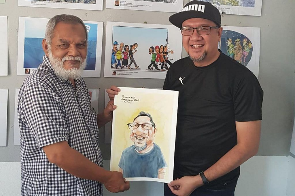 TERHARU MEWAKILI SINGAPURA: Encik Mohamad Idham (kanan) gembira dapat menyumbang kartun tentang kesan telefon bimbit (di tengah, di tembok balai seni) bagi Pameran Kartun Antarabangsa di Balai Kartun Rossem di Kota Bharu, Kelantan. Pemilik balai kartun, Encik Rosidi Ismail (kiri), yang juga dikenali sebagai Rossem, yang menyampaikan karikatur wajah Encik Mohamad Idham, adalah pelukis kartun politik popular di Malaysia. - Foto ihsan MOHAMAD IDHAM MOKARON