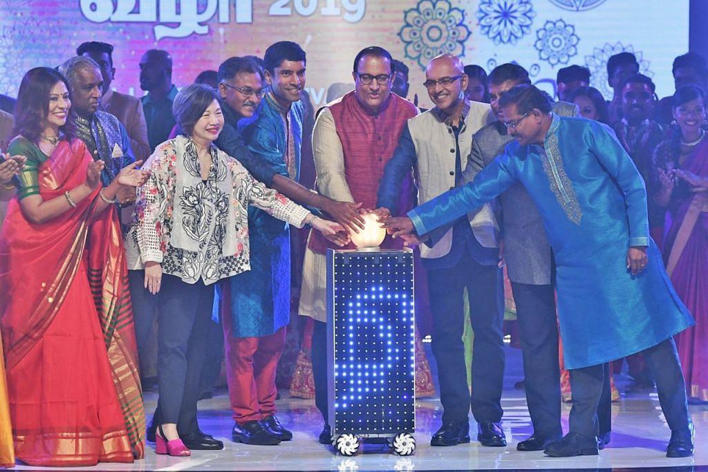 RAIKAN BAHASA: Encik S. Iswaran (empat dari kiri) melancarkan Festival Bahasa Tamil kelmarin. - Foto BH oleh KHALID BABA