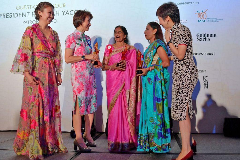 SUMBANGAN DIIKTIRAF: (Dari kiri) Presiden SCWO, Dr June Goh; Cik Esther Fu (adik Cik Grace Fu); Cik Glory Barnabas, Cik K. Jayamani; dan Menteri Kebudayaan, Masyarakat dan Belia, Cik Grace Fu, berinteraksi dengan satu sama lain semasa majlis pelantikan individu baru dalam Dewan Kemasyhuran Wanita Singapura di Hotel The St Regis kelmarin. Cik Esther dan Cik Grace mewakili nenek mereka, iaitu mantan pengetua Sekolah Perempuan Nanyang, Cik Liew Yuen Sien. - Foto BH oleh NG SOR LUAN