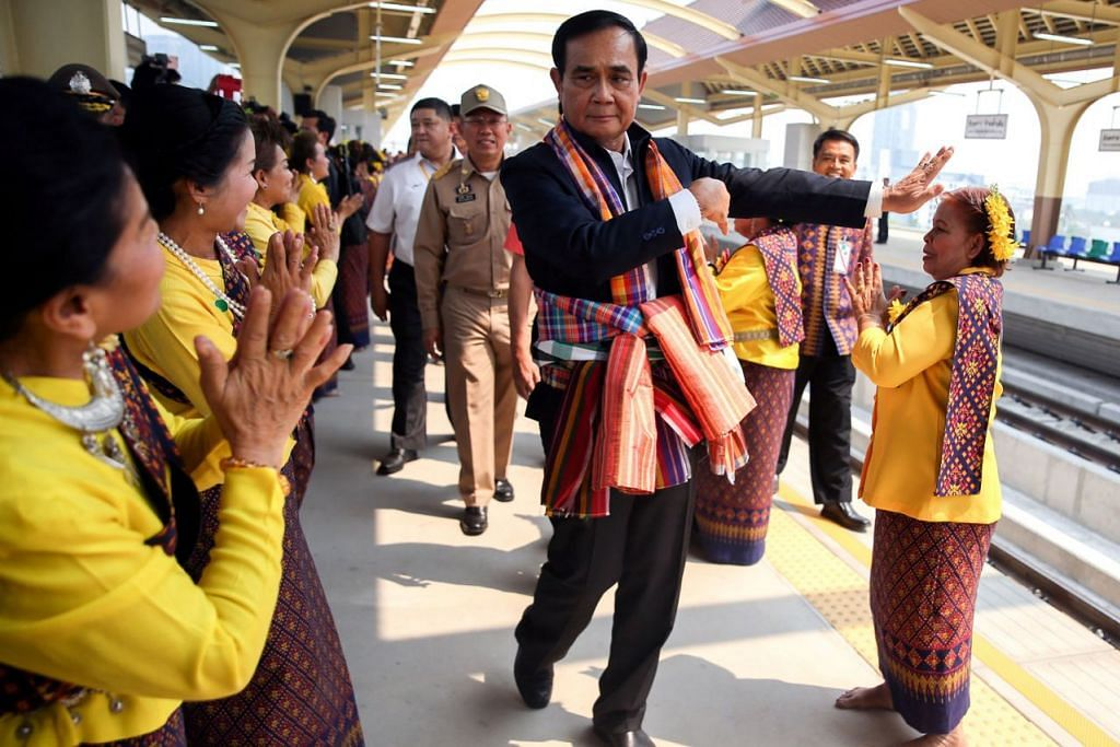 PILIHAN RAYA THAILAND: Perdana Menteri Thailand Prayut Chan-o-cha kelihatan dalam kedudukan baik untuk terus berkhidmat sebagai PM dalam pilihan raya. Dalam gambar ini, beliau menyertai tarian tradisional di stesen kereta api wilayah Khon Kaen, Thailand, baru-baru ini. - Foto REUTERS