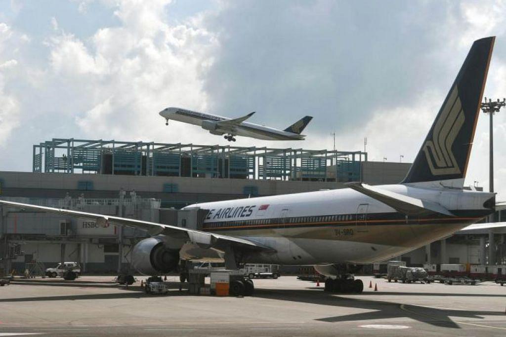 WANITA DAN ANAK DISOAL: Pesawat SQ423 yang membawa 263 penumpang dari Mumbai ke Singapura selamat mendarat dengan iringan pesawat pejuang Angkatan Udara Republik Singapura (RSAF) di Lapangan Terbang Changi sekitar 8 pagi semalam. – Foto fail