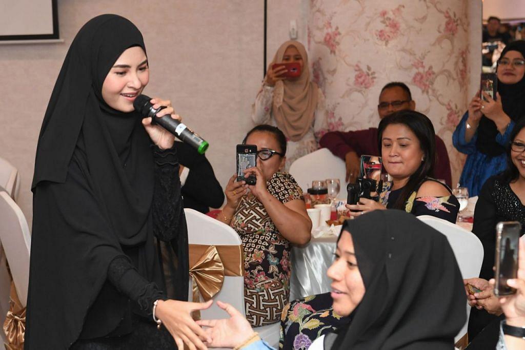 BINTANG PENUH KERENDAHAN HATI: Wany Hasrita (berdiri) yang disifatkan sebagai permata dalam industri hiburan Malaysia dengan ramah menyapa seorang penonton 'Malam Ikon Pujaan 2019'. Foto ZAKHIR HIRUZA